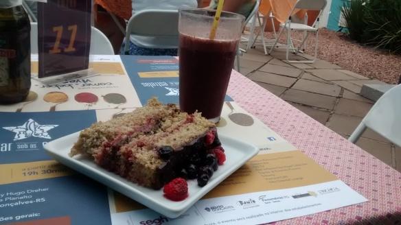 Naked cake de frutas silvestres e suco energético de açaí, laranja e gengibre no Amora Sabores Especiais