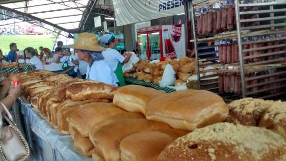 Pão assado no forno na Festa da Uva