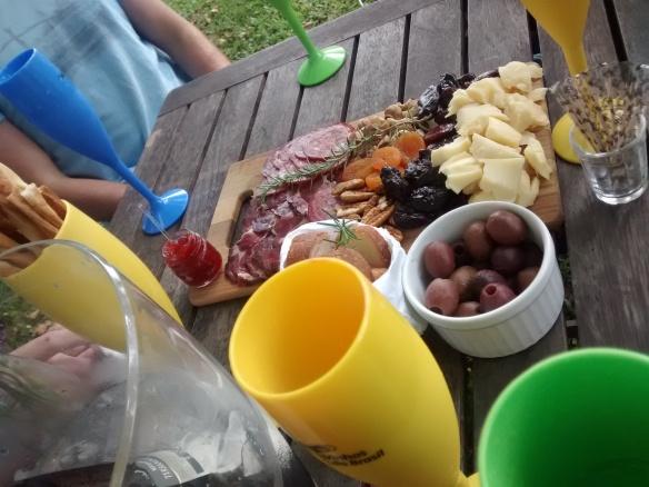 Tábua com frios e grãos no Wine Garden.
