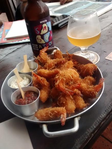Cerveja e camarões na Book and Beers