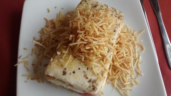 Sanduíche de frango com batata palha