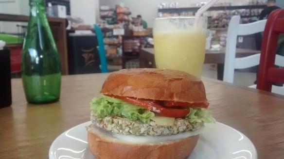 horta da nonna hamburguer vegetariano e suco