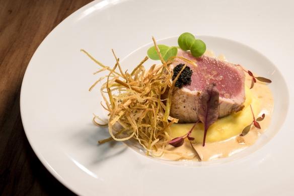 Prato principal Atum com purê de batata baroa e bisque de camarões  _JAZZ Gastropub - Crédito Fábio Grison