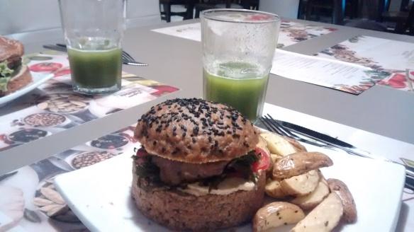 hambúrguer de carne de cordeiro marinada e suco verde