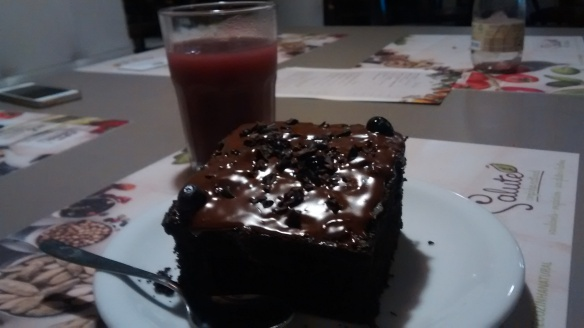 Também experimentei o bolo de chocolate (ótimo!) e suco de amora
