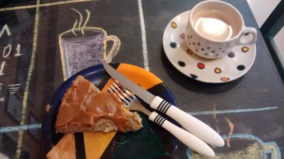 Bolo e café na Soho em Caxias