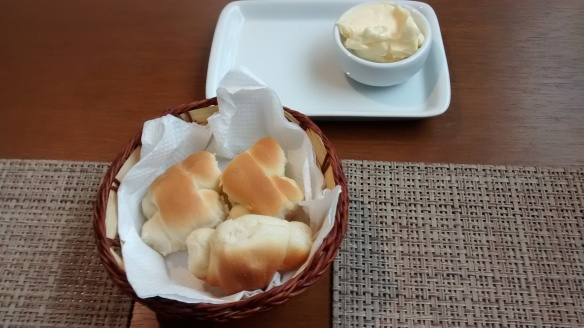 entradinha do almoço, pequenos pães quentinhos e manteiga