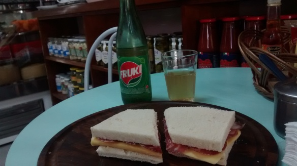Pedi um sanduíche de copa com queijo, que eles fatiam na hora, com uma garrafinha de Fruki guaraná. Foto: Kelly Pelisser