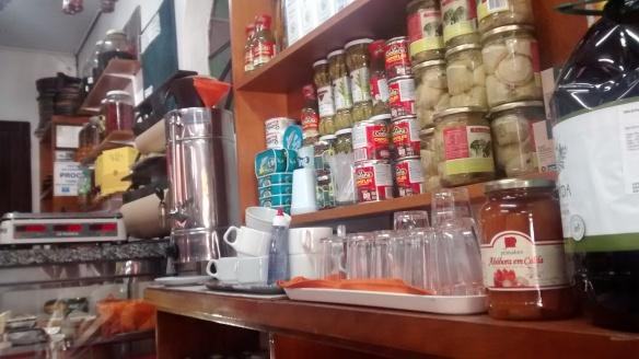 Para beber algo lá, esses são os copos. E aí no canto está o café passado. Foto: Kelly Pelisser