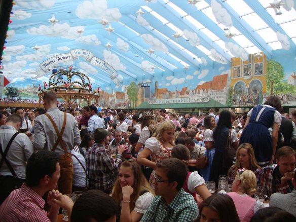 Área interna de uma das tendas da Oktoberfest de Munique, na Alemanha. Foto: Kelly Pelisser