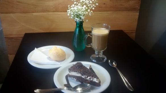 Meu pedido: torta de chocolate com mousse de maracujá, pão de queijo e um cappuccino. Foto: Kelly Pelisser