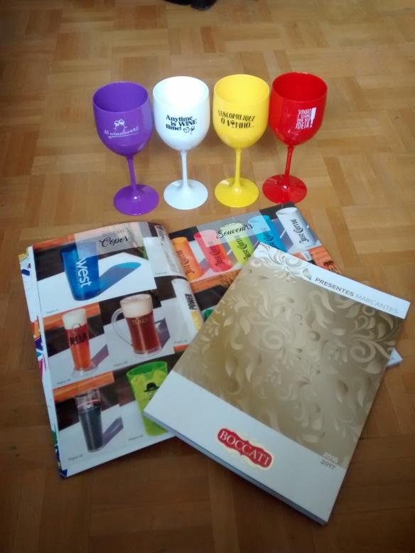Catálogos têm opções lindas como essas taças coloridas. Foto: Kelly Pelisser
