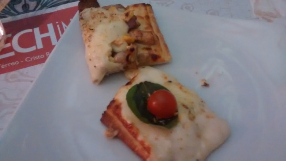 Pizza de frango e bacon e caprese. Foto: Kelly Pelisser