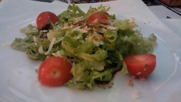 Sequência começa com salada. Foto: Kelly Pelisser