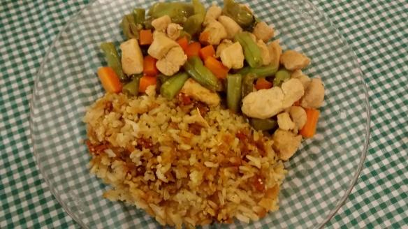 Frango picadinho com vagem e cenoura acompanhado de arroz integral com quinoa e goji berry. Foto: Kelly Pelisser