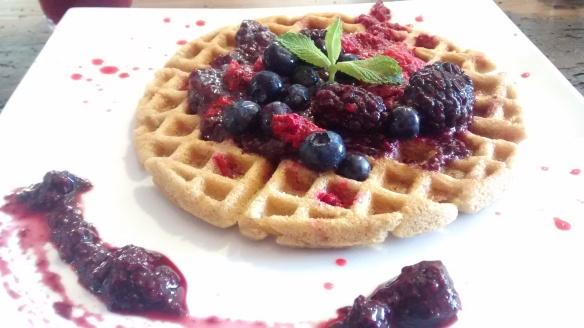 Waffle da Casa, de frutas vermelhas, no novo cardápio do Amora. Foto: Kelly Pelisser