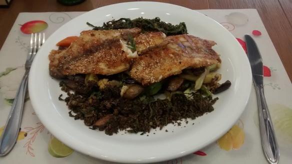 Peixe com crosta de amaranto acompanhado de legumes. Foto: Kelly Pelisser