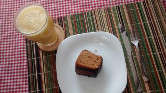 Provei um suco e um pedaço de bolo de amendoim. Foto: Kelly Pelisser