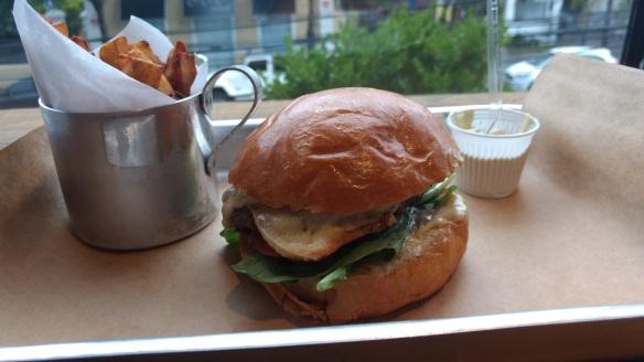 Hambúrguer acompanhado de batata doce frita. Foto: Kelly Pelisser