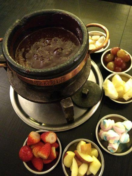 Fondue de chocolate com acompanhamentos. Foto  Kelly Pelisser 60988e56c93