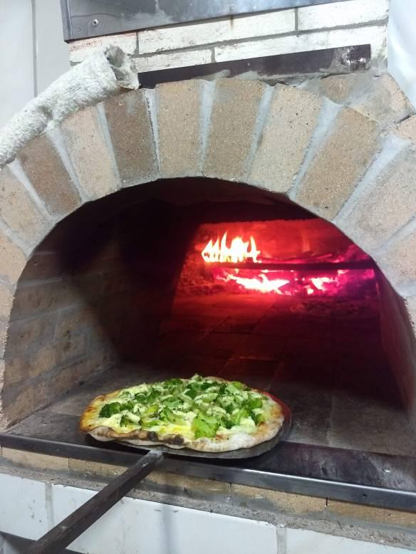 Pizzas são assadas no forno à lenha. Foto  Kelly Pelisser 83daeb5579c